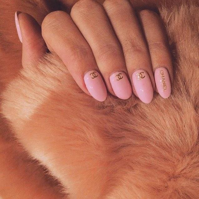Chất phát ngất trend vẽ nail lấy cảm hứng từ logo các nhà mốt xa xỉ Gucci, Chanel, LV ảnh 7