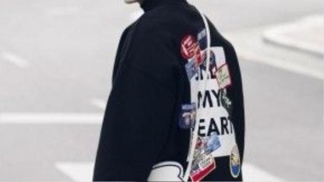 Túi hình đôi tay chuột Mickey là chi tiết đắt giá trên set đồ mang màu tối.