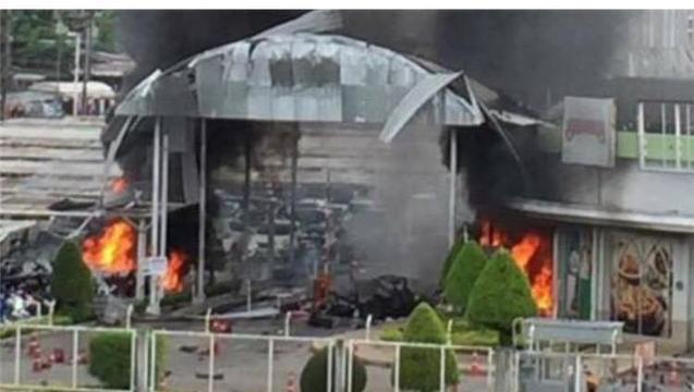 Khu vực cổng chính Big C tan hoang trong khói lửa vì sức công phá của quả bom thứ hai.