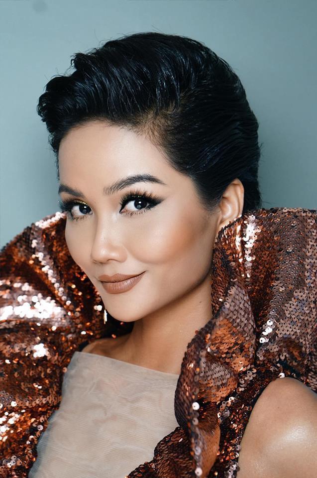 Chiếc đầm sử dụng chất liệu sequin lấp lánh màu nâu một lần nữa giúp H'Hen Niê khoe sắc trên thảm đỏ trong nước.