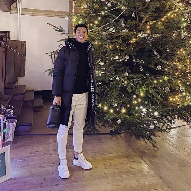 Đoàn Văn Hậu đang ở Hà Lan đón Giáng sinh. Hậu vệ CLB Heerenveen rạng rỡ bên cây thông Noel theo cách rất giản dị.