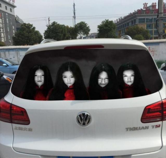 Hình ảnh ghê rợn này chỉ xuất hiện khi có ánh đèn pha chiếu vào kính sau xe.