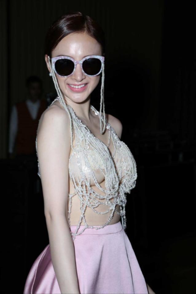 Nữ diễn viên Angela Phương Trinh xuất hiện với bộ váy hồng hở táo bạo và chiếc kính không liên quan trong Elle Style Award 2015.