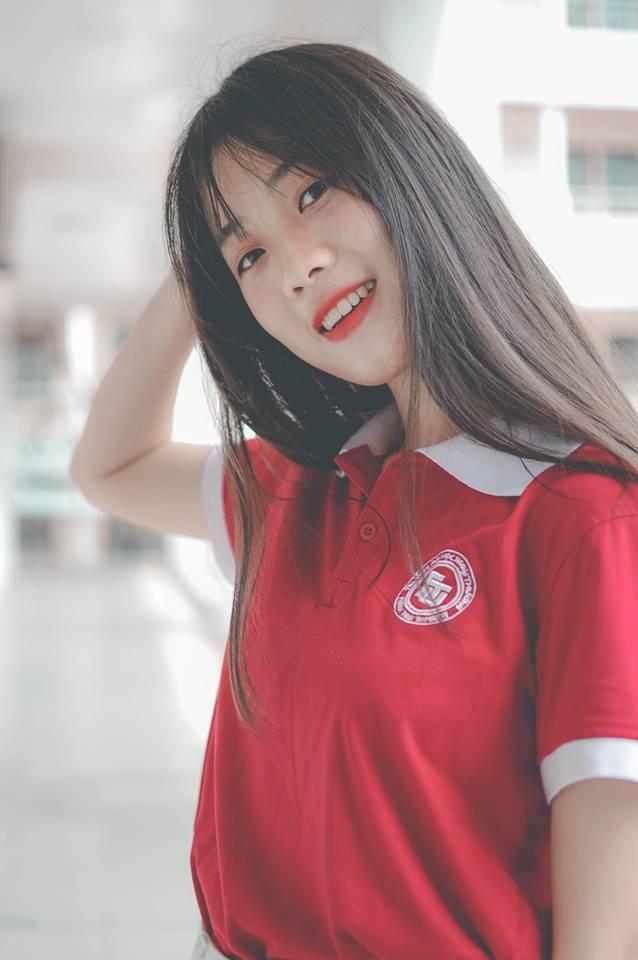 Cô gái có nụ cười tỏa nắng và mái tóc dài đen mượt này là Nguyễn Linh An sinh ngày 20/02/2000, hiện đang là sinh viên lớp Anh 04 – Luật TMQT – K57 – ĐH Ngoại thương.