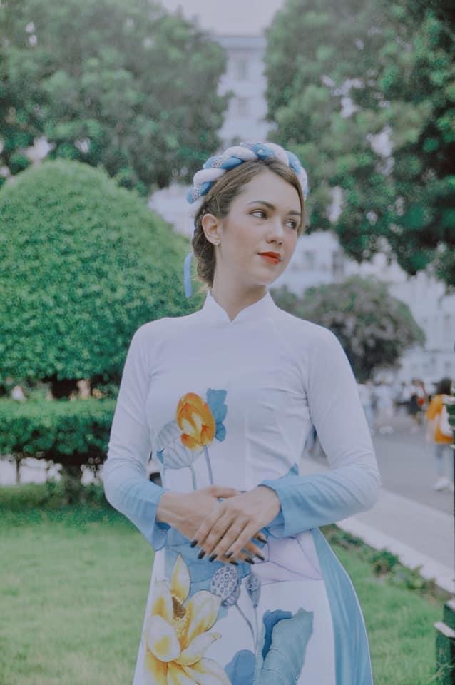 Đến từ một đất nước vốn luôn được biết đến là quốc gia có tình hữu nghị sâu đậm với Việt Nam, nữ sinh Cuba luôn cảm thấy háo hức và tự hào khi khoác lên mình trang phục áo dài đằm thắm.