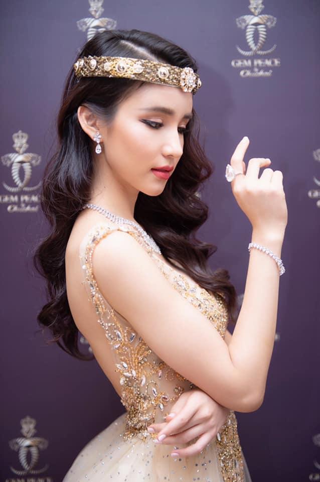 Cô cho biết kể từ khi đạt được thành tích Á hậu 2 - Hoa hậu chuyển giới Quốc tế cát-xê của mình tăng lên đáng kể. VàYoshi Rinrada cảm thấy hạnh phúc vì điều đó.