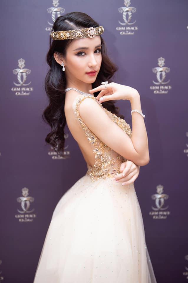 Yoshi Rinrada hào hứng chia sẻ, tình bạn giữa cô và Hoa hậu chuyển giới Hương Giang khá tốt đẹp. cả hai đã có dịp hợp tác trong dự án âm nhạc của mỹ nhân Việt.