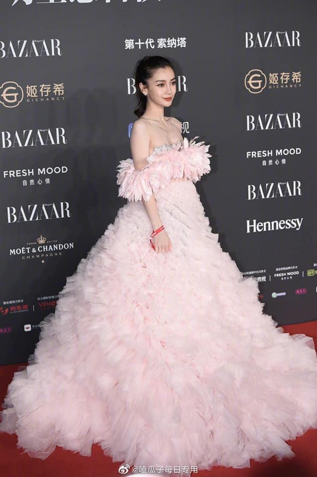 Makeup sương sương và diện bộ váy đẹp như một nàng tiên hoa nổi bần bật trên thảm đỏ, thậm chí trang phục của Angelababy được đánh giá đẹp nhất trên thảm đỏ của bữa tiệc