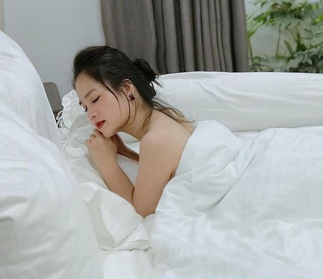 Trên trang cá nhân, người đẹp thường xuyên cập nhật những hoạt động của bản thân. Ngoài vẻ ngoài trong sánh, thỉnh thoảng bạn gái tin đồn của Quang Hải khoe những bức ảnh táo bạo.