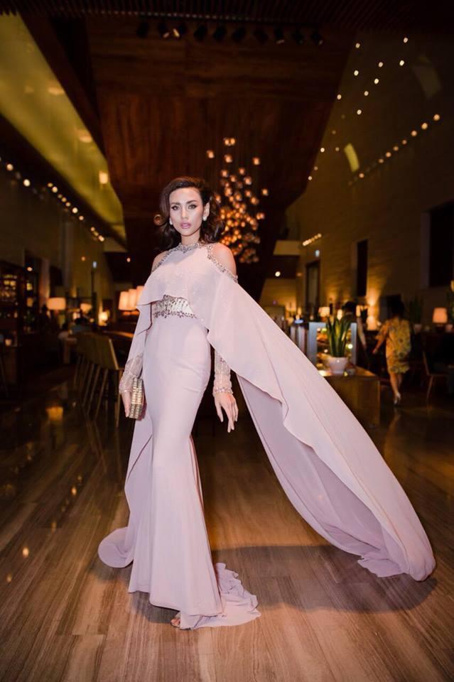 Tuy nhiên, thiết kế được Diệu Thuỳ lựa chọn từng được Võ Hoàng Yến diện trước đó không lâu. Giám khảo Vietnam's Next Top Model bị cho là không phù hợp với trang phục nền nã. Vẻ đẹp cá tính, góc canh của chân dài thật sự kiến bộ cánh trở nên kém lộng lẫy.