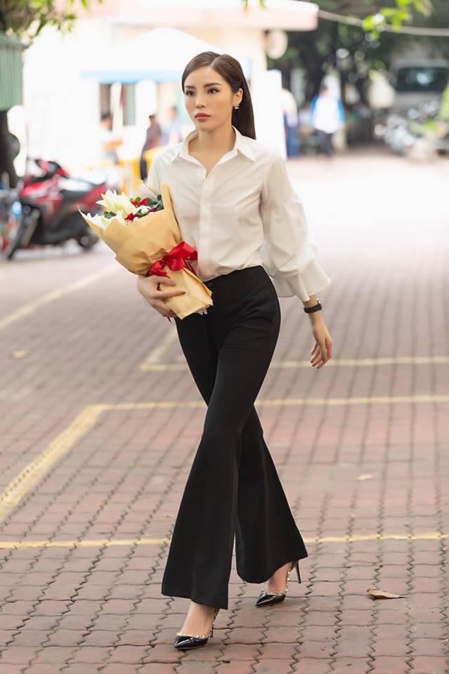 Hay chiếc áo trắng basic nhưng có phần tay loe ấn tượng. Những chiếc quần ống loe cũng giúp cô nàng tôn dáng hơn rất nhiều.