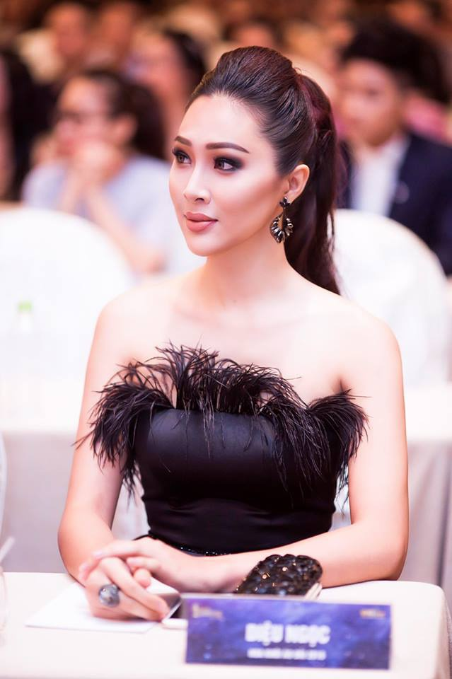 Trở về từ cuộc thi Hoa hậu Thế giới, chân dài bắt đầu xuất hiện tại các sự kiện với khuôn mặt ngày càng khác hơn trước rất nhiều.
