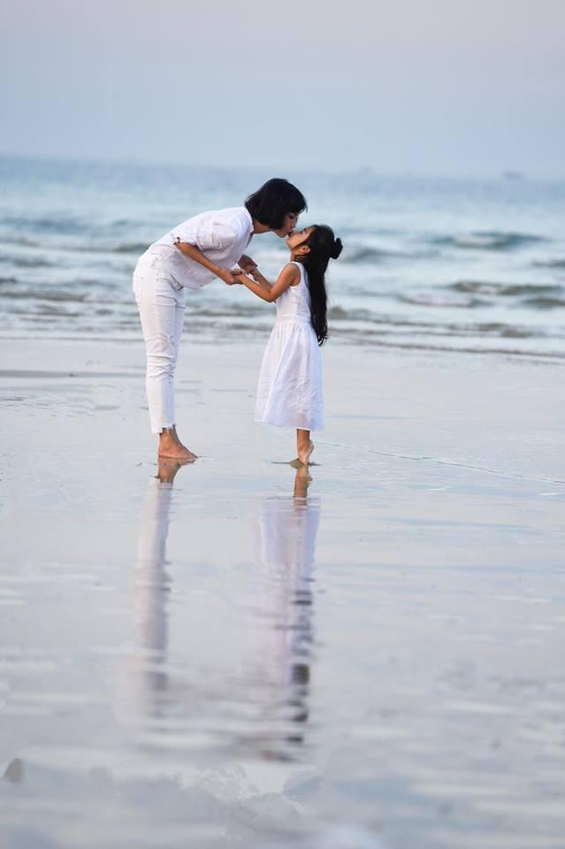 Xuân Lan chia sẻ ảnh hai mẹ con đang hôn nhau trên biển. Hai mẹ con vô cùng đáng yêu trong trang phục ton sur ton màu trắng.