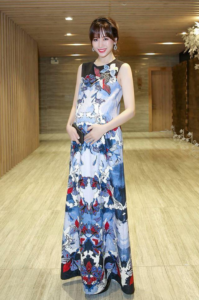 Bà bầu Hari Won cực sành điệu trong chiếc đầm suông dài họa tiết độc đáo.