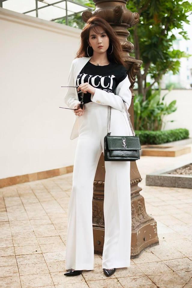 Nữ hoàng nội y cũng có style tương tự khi khoác cho mình áo phông freesize kết hợp với quần ống loe lưng cao.