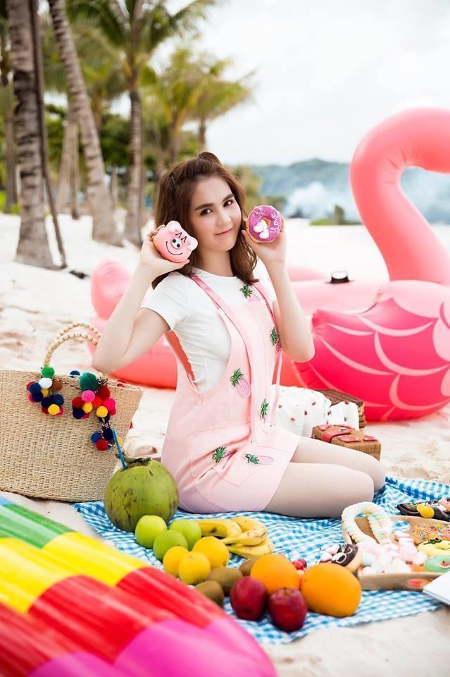 """Việc thường xuyên diện đồ kiểu dáng nhí nhảnh quá mức cũng là lý do khiến Ngọc Trinh chưa toát lên nét kiêu sa trong các trang phục màu hồng """"hack tuổi"""" này"""