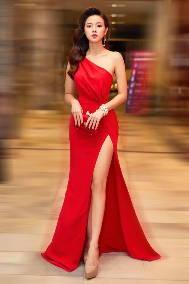 Thường xuyên xuất hiện với những bộ cánh kín đáo nên khi diện đồ gợi cảm, Midu khiến bất cứ ai lướt ngang qua cũng vào nhấp vào các bức hình để chiêm ngưỡng. Bộ váy xẻ cao ở phần đùi này được xem là mẫu đầm kiệm vải nhất từ trước đến nay của cô.