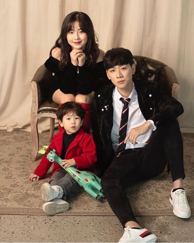 Gia đình bé Đậu vừa chụp một bộ ảnh chào đón năm mới. Nhà Đậu cũng gửi lời chúc mừng đến tất cả mọi người