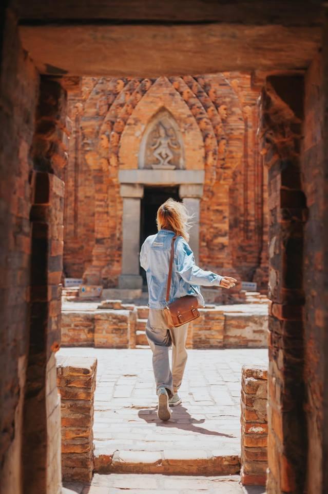 Tháp Poklong Garai nằm trên đồi Trầu, thuộc phường Đô Vinh, cách trung tâm thành phố Phan Rang - Tháp Chàm 9 km về phía Tây Bắc, được xây dựng vào cuối thế kỷ 13 đầu thế kỷ 14