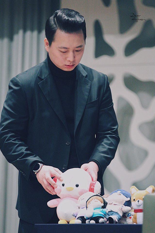 Chú sắp xếp lại các bé thú bông fan tặng cho các thành viên.