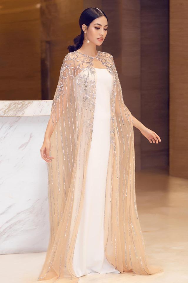 Đặc biệt, chiếc váy lần này cô chọn là thiết kế phom suông, từng chia sẻ mình không thích dáng đầm này lắm nhưng khi ở tháng thứ 5 của thai kỳ, Lan Khuê đã thú nhận rằng đây chính là niềm yêu thích mới của nàng.