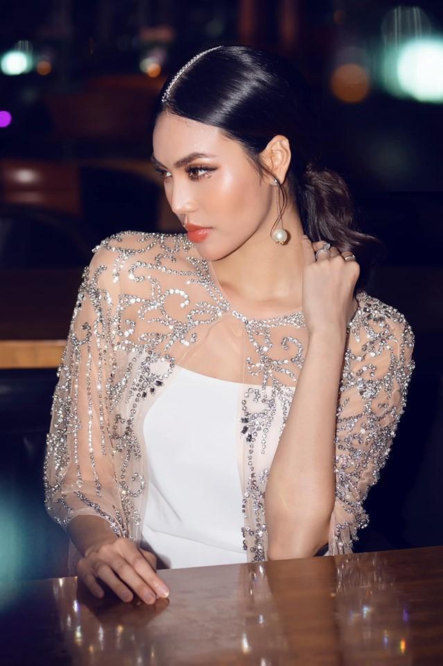 Hiếm hoi xuất hiện tại sự kiện, Lan Khuê gây chú ý khi thả dáng trong chiếc váy trắng tao nhã cùng lối trang điểm sắc lạnh.