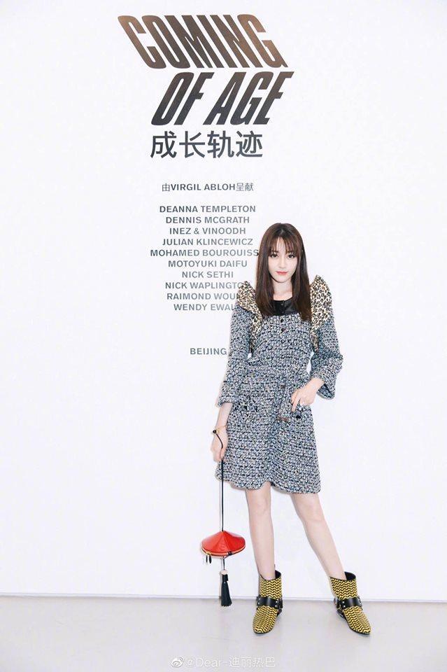 """Gà nhà Dương Mịch chọn bộ váy được làm từ chất liệu vải tweed sang trọng, thiết kế vai cách điệu phối cùng boots cổ ngắn màu vàng sọc đen. Thế nhưng, thiết kế này bị cư dân mạng """"la ó"""" khi nó không hợp với thân hình và phong cách của cô."""