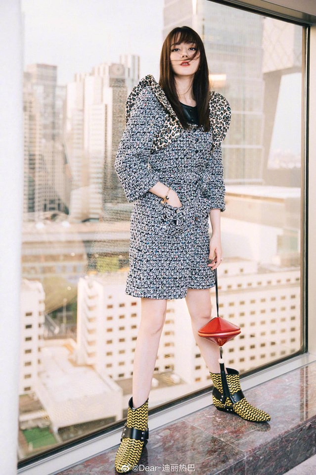 """Chiếc túi đỏ mini kèm theo cùng đôi giày chả ăn nhập với set đồ, những """"điểm vàng"""" trên cơ thể của cô mất hút trong bộ váy xám này"""