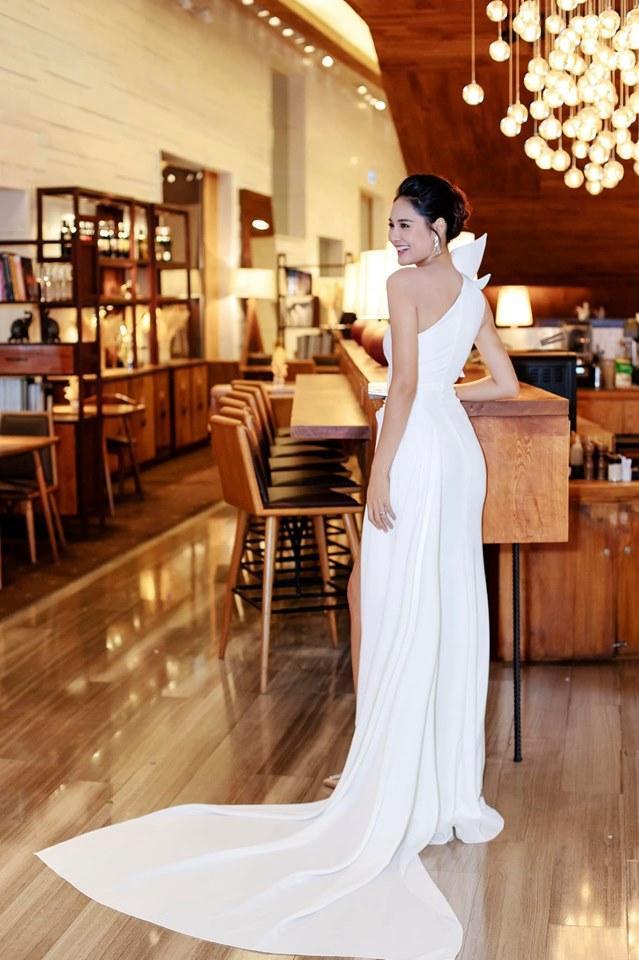 Chiếc đầm dạ hội lấy ý tưởng từ mặt trời của NTK Lê Thanh Hòa được đính kết thủ công để tạo điểm nhấn cho bộ đồ , kết hợp với những đường drapping khéo léo tôn vóc dáng của bà mẹ hai con.