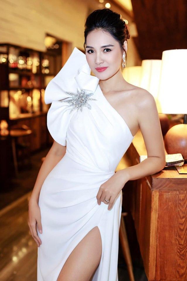Bộ váy có thiết kế đặc biệt, họa tiết dựng khối tạo điểm nhấn cho ngoại hình của Hương Giang.