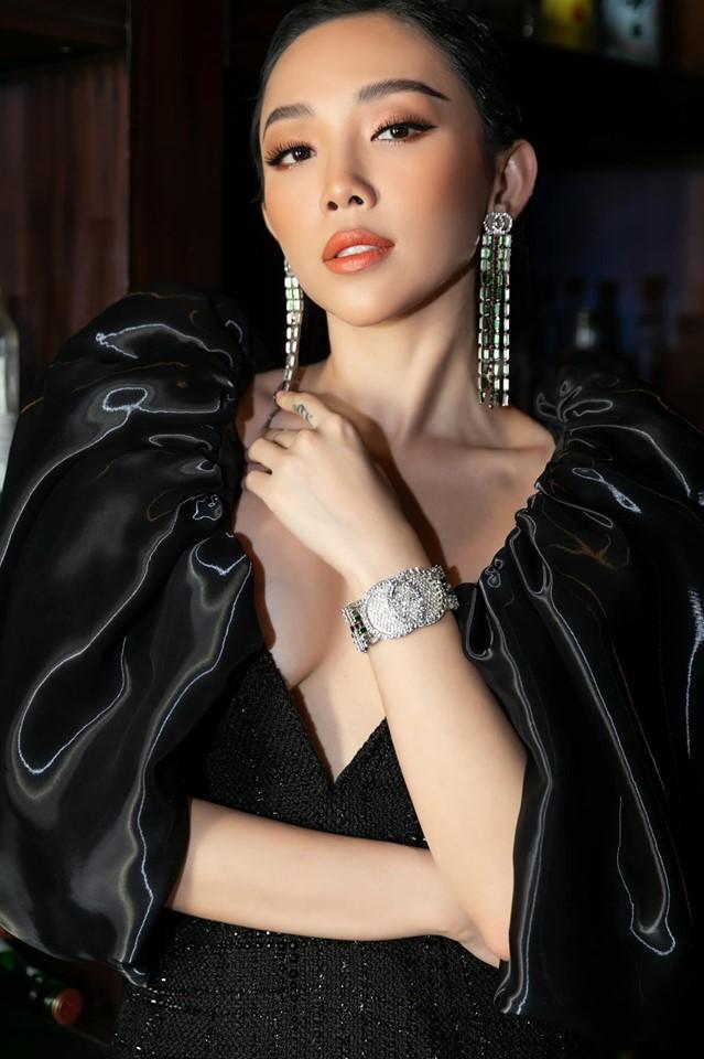 Diện thiết kế của NTK Công Trí, với điểm nhấn là vai áo tay phồng cùng phần cổ xẻ sâu, Tóc Tiên khoe trọn vẻ đẹp gợi cảm.