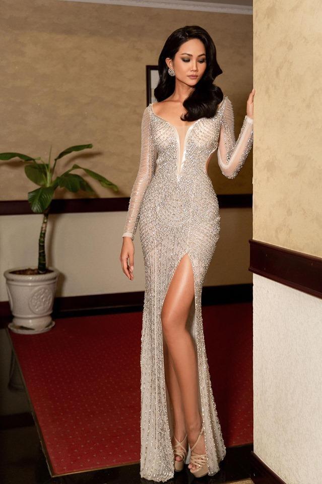Diện lại chiếc váy đêm chung kết nhưng ở style tóc dài: HHen Niê khiến nhiều người trầm trồ nữ hoàng thảm đỏ đây chứ đâu ảnh 1