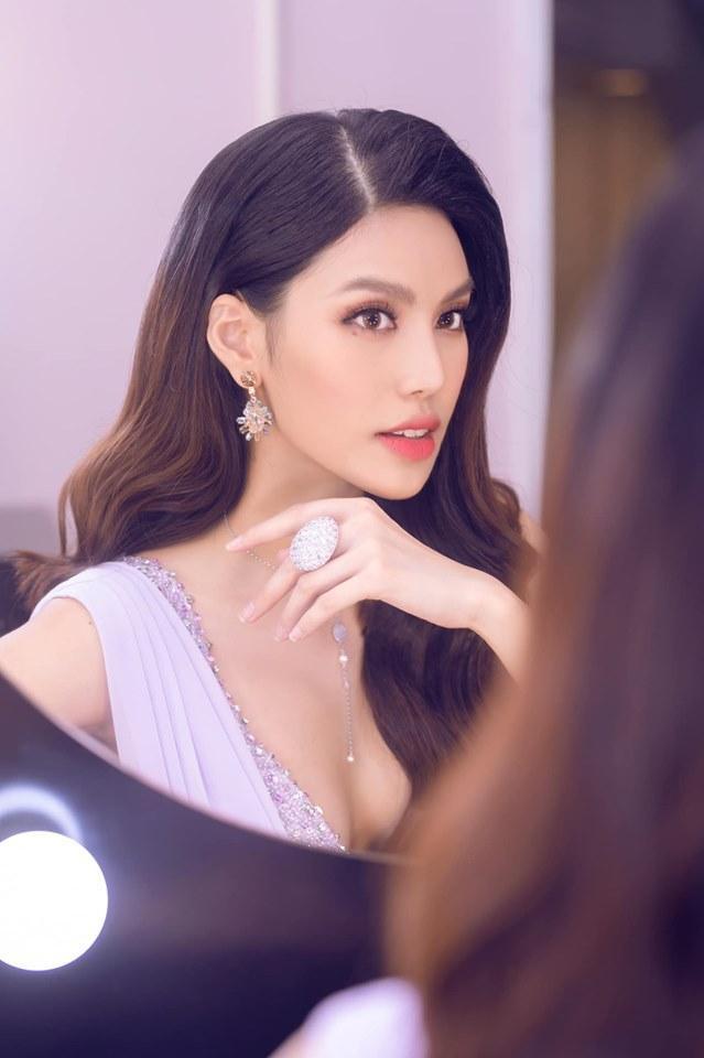 Từ khi chọn cuộc sống gia đình, giải vàng Siêu mẫu Việt Nam 2013 ít khi xuất hiện trên sàn diễn và tại các sự kiện. Nhưng cứ mỗi lần như thế cô lại trở thành tâm điểm của sự chú ý.
