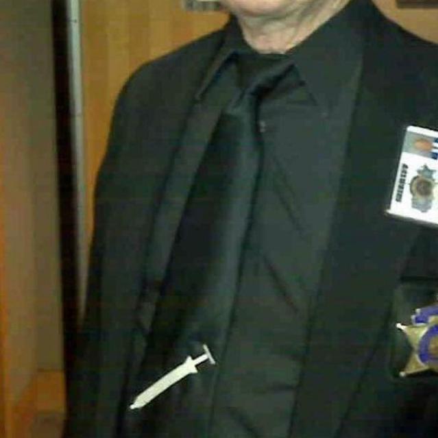 Chấp pháp viên tòa án đeo cà vạt hình kim tiêm để ủng hộ quyết định tử hình của bồi thẩm đoàn.