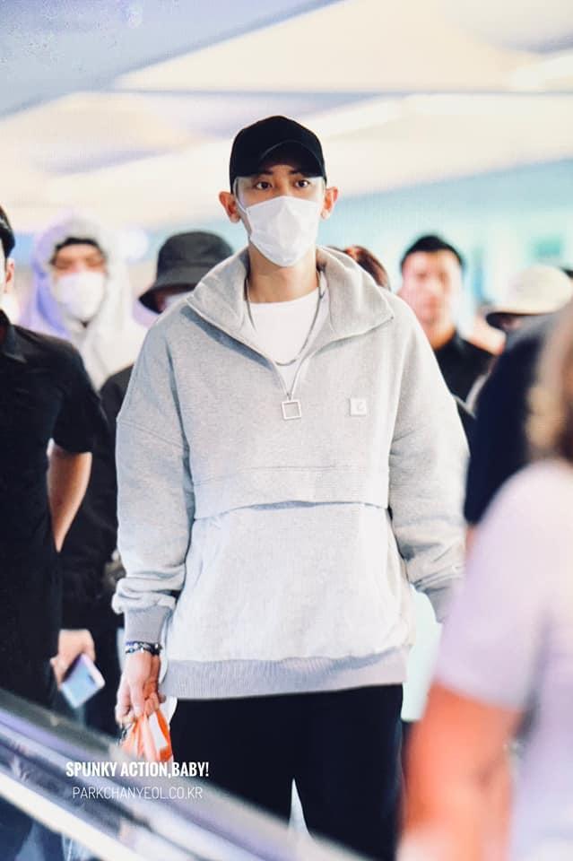… và Chanyeol tại sân bay.