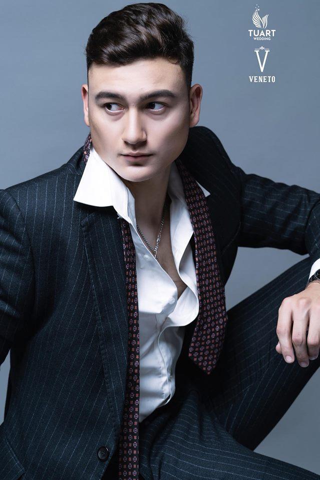 """Không chỉ sở hữu chiều cao """"khủng"""", thủ thành ĐT Việt Nam còn rất điển trai và có tài ca hát. Văn Lâm được các fan nữ trìu mến đặt cho cái tên """"Hoàng tử Nga""""."""