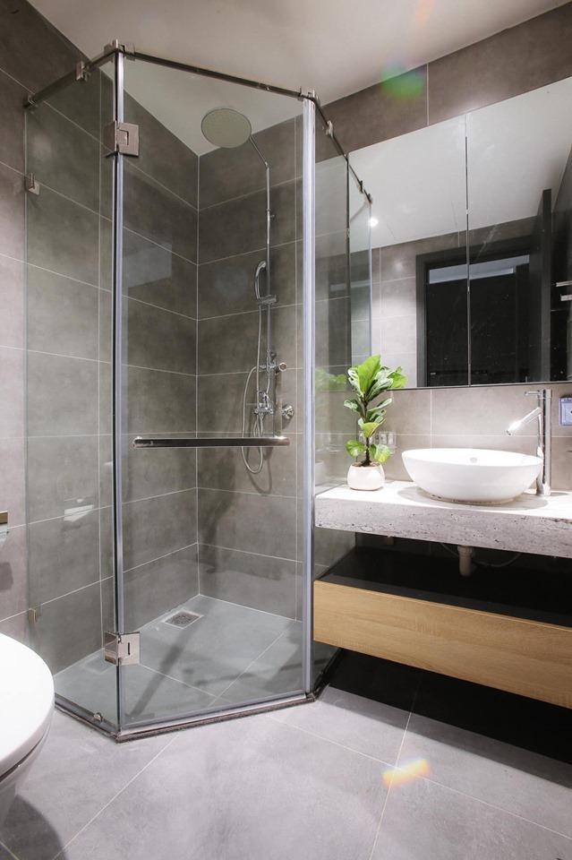 Việc sử dụng kính trong suốt trong khong gian nhà tắm tạo được nét thẩm mĩ cao