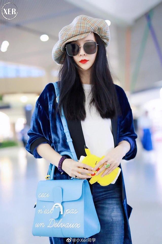 Tại sân bay vào ngày trước, Phạm Băng Băng còn gây ấn tượng với chiếc túi xách trị giá hơn 250 triệu đồng và nhẫn phỉ thúy đắt tiền trên tay.