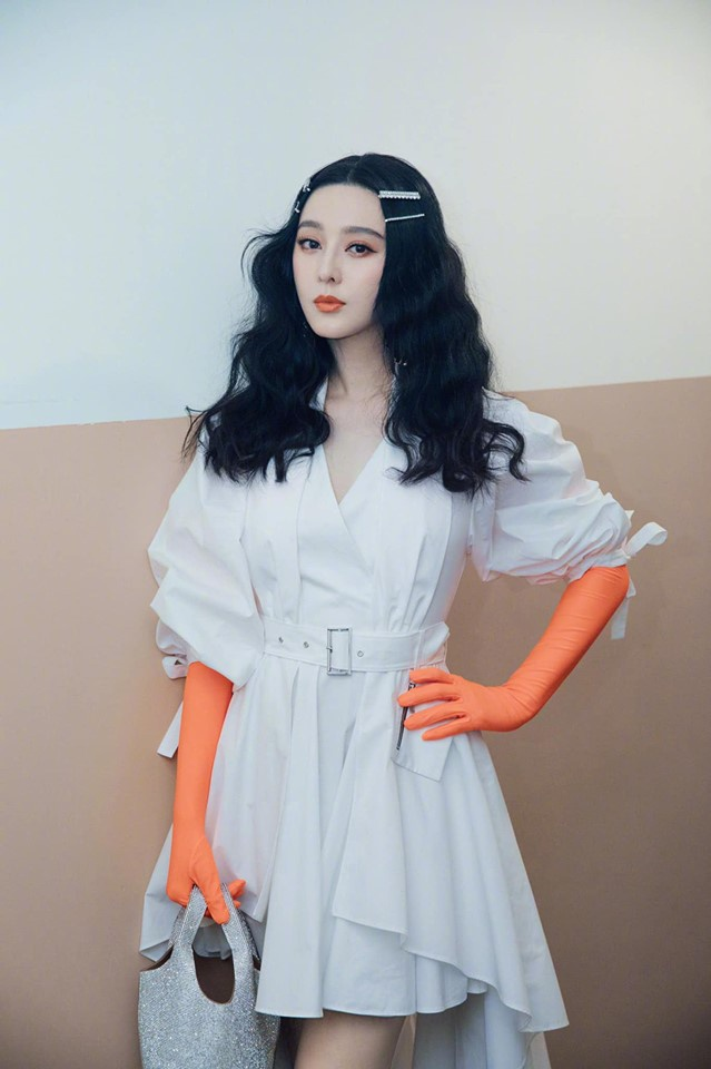 Phạm Băng Băng diện đồ tông trắng kết hợp lối trang điểm và găng tay tông cam