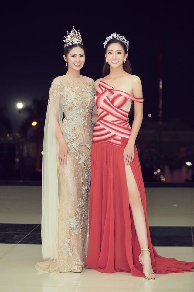 Hoa hậu Ngọc Hân cố tình chọn một đôi giày cao gót nhỉnh hơn đàn em để khi đứng chung khung hình cô phần nào cứu vớt được độ chênh lệch khi mình chỉ cao 1m72.