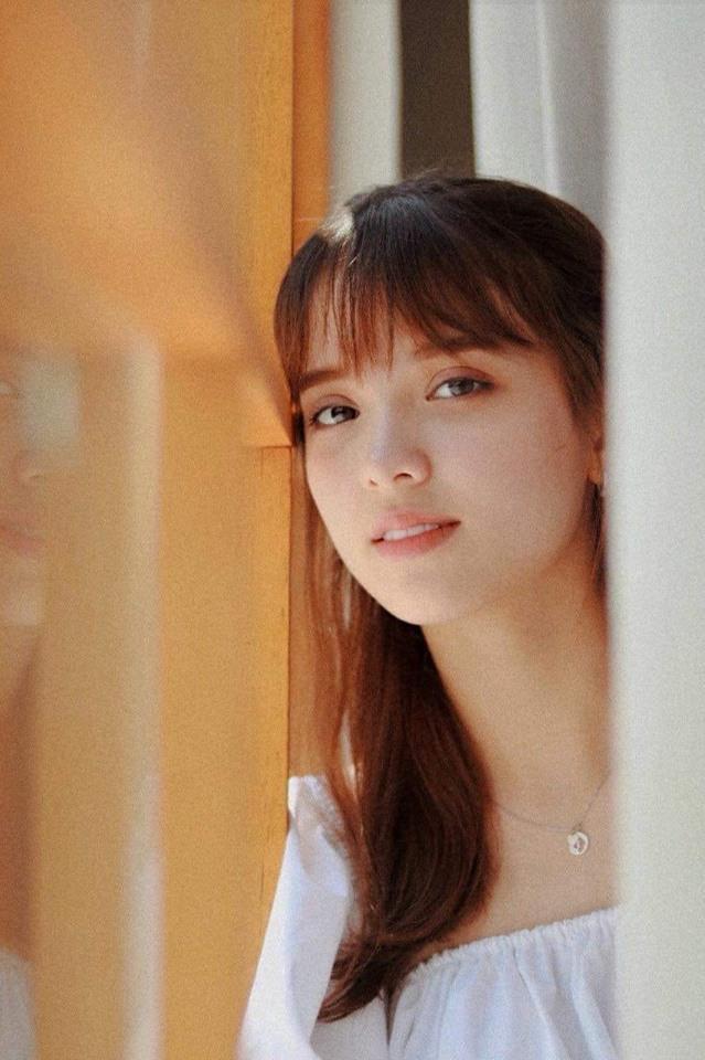 Mới đây, những hình ảnh trong trẻo như nắng mai của Ngọc Trang được một fanpage có tiếng tại Việt Nam chia sẻ, thu hút hàng ngàn lượt bình luận và tương tác khen ngợi cho nhan sắc của cô.
