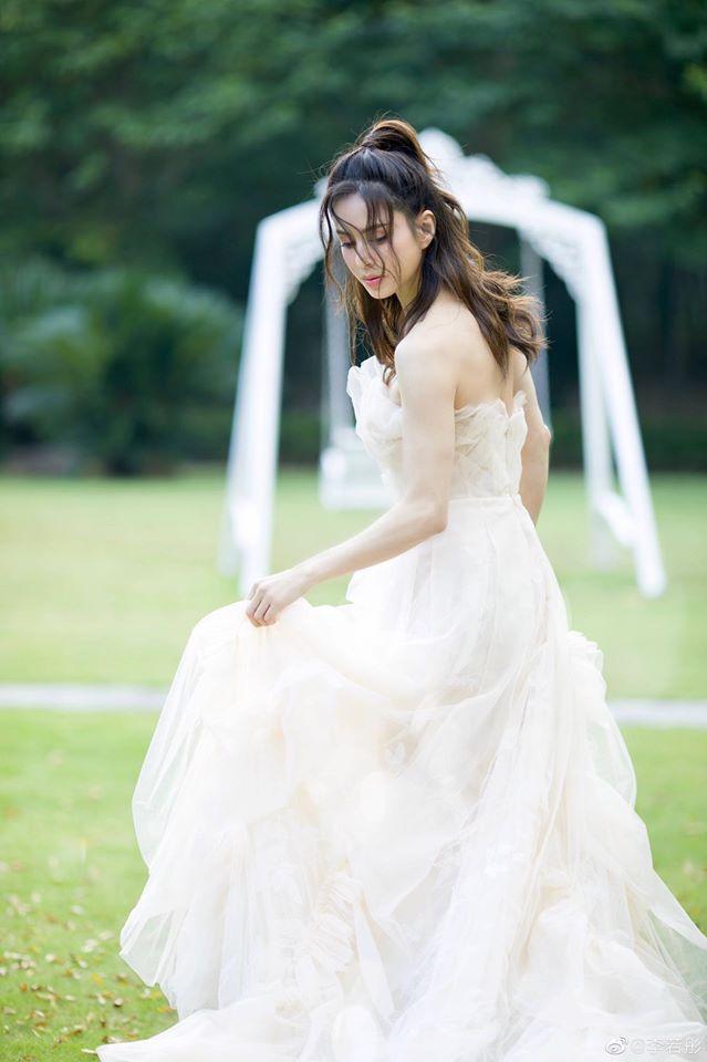 Trong bộ ảnh mặc trang phục cô dâu theo nguyện vọng của mẹ, Lý Nhược Đồng cũng chọn cho mình chiếc váy cưới cúp ngực màu trắng
