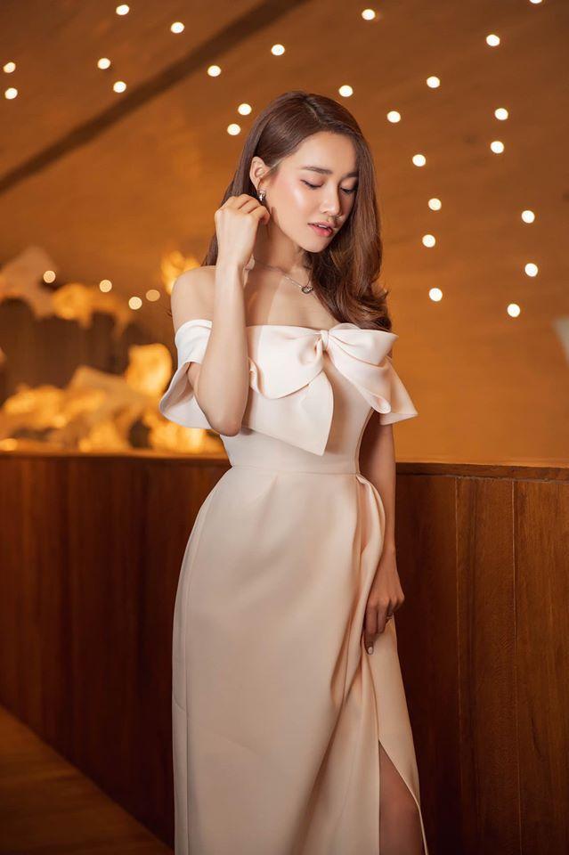 Lần khác là mẫu váy với cúp ngực ngang, chiếc nơ bản to cá tính nhưng vẫn yểu điệu.