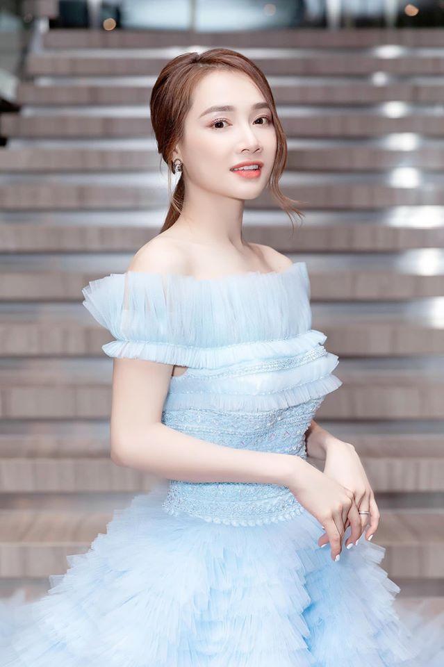 Lần xuất hiện này xem ra khá mới mẻ, bởi trước đây cô nàng thường chỉ ghi dấu mình với những sắc độ trắng, xanh pastel nhẹ nhàng.