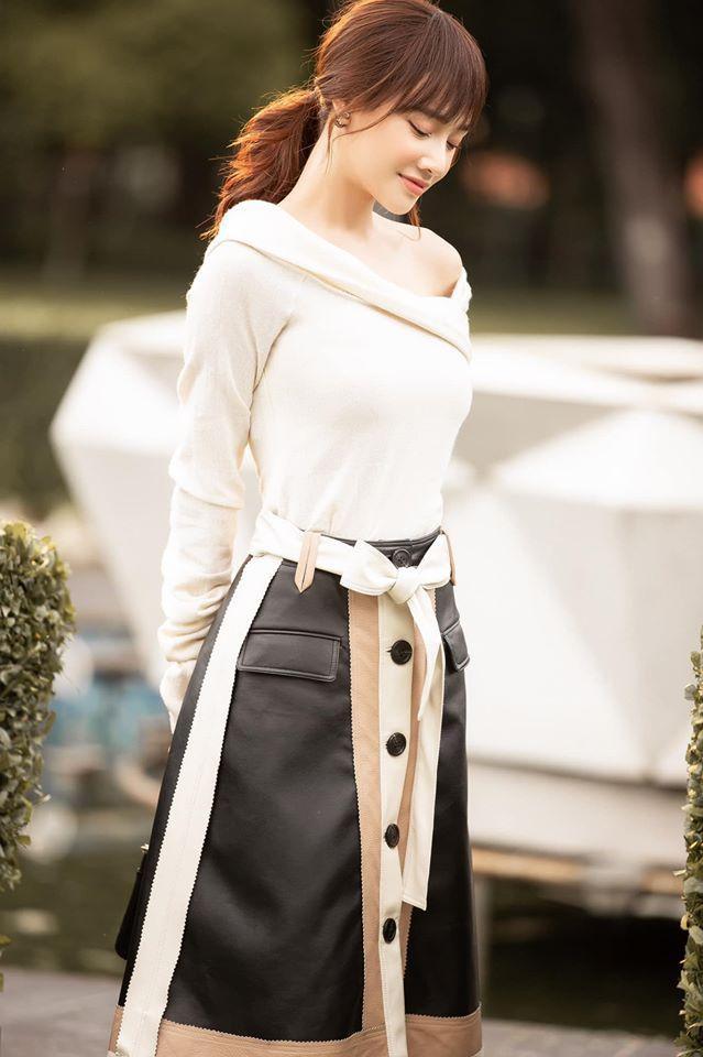 Street style dạo phố của cô nàng cũng có nhiều bộ cánh với sắc trắng.