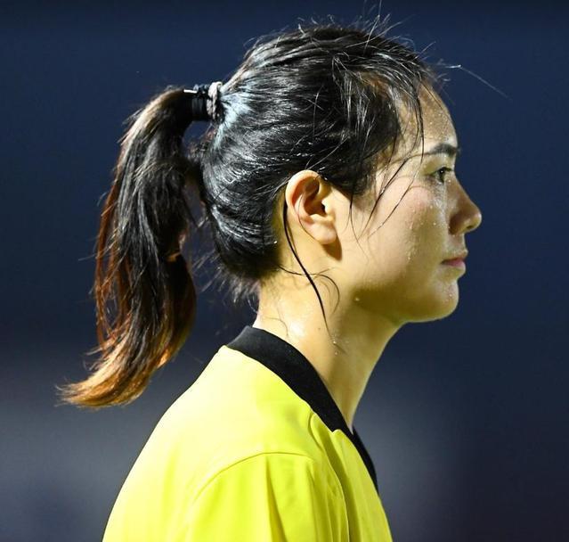 Trọng tài người Trung Quốc này gây chú ý với gương mặt khả ái, vóc dáng thanh mảnh. Ngoài trọng tài biên thì trọng tài chính Mi Siyu cũng gây thướng nhớ với ngoại hình xinh đẹp.