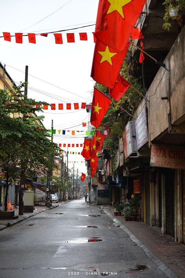 Cờ đỏ sao vàng rợp khắp cả dãy phố.