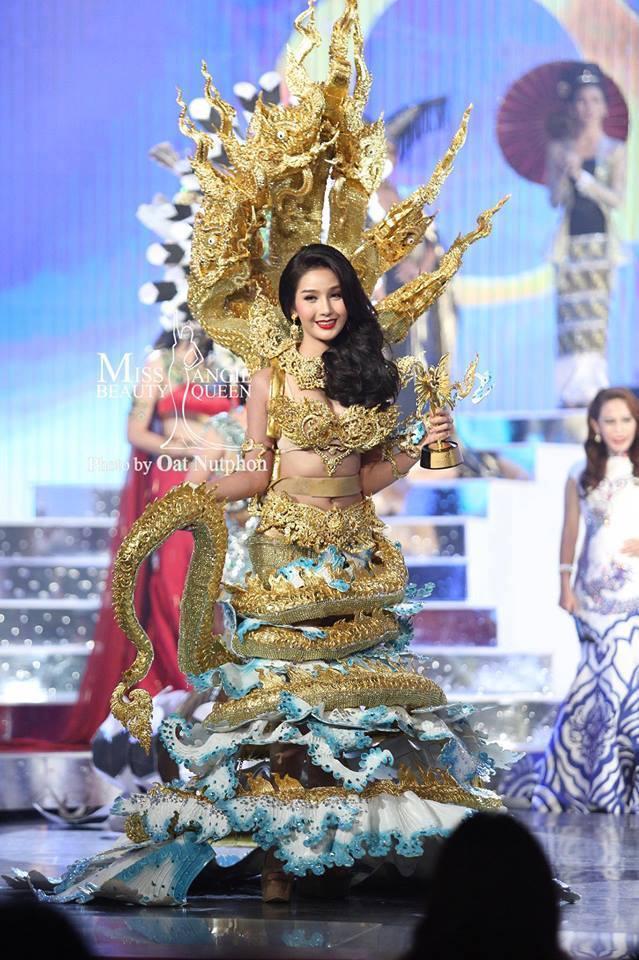 """Đại diện Lào là chủ nhân của giải """"Best National Costume"""" năm 2016(2017 cuộc thi không tổ chức)."""
