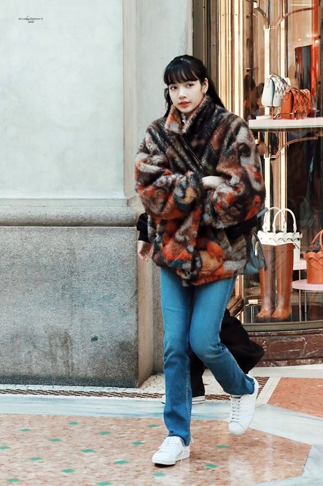 Sau khi shopping và tham quan cửa hàng của Prada, Lisa bước ra với áo khoác giả lộng ấm áp có họa tiết mặt người khá đặc biệt