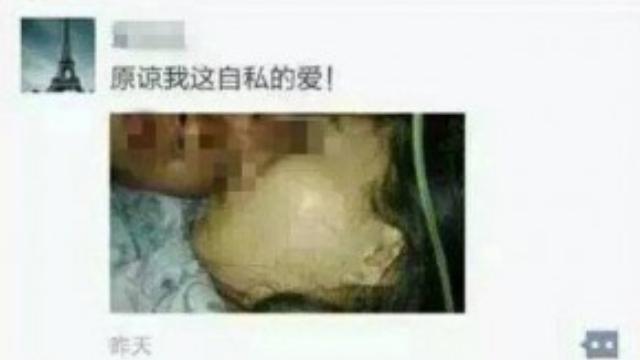 Bức ảnh Qin đăng lên WeChat chụp nằm cạnh thi thể của vợ.